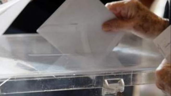 Imagen de archivo de un ciudadano depositando su papeleta en una urna.
