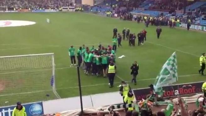 Los jugadores del Celtic celebran el título de la Liga Escocesa.