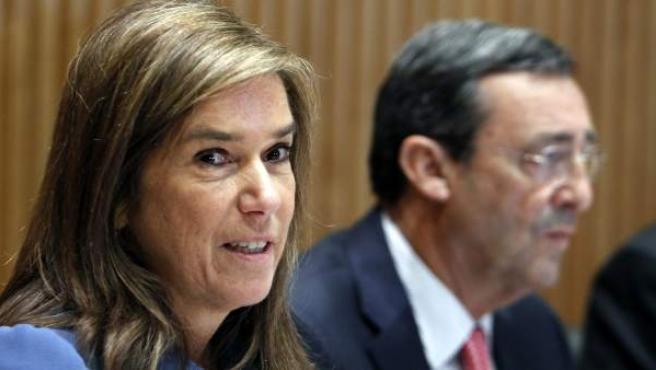La ministra de Sanidad, Ana Mato, durante su comparecencia en comisión en el Congreso de los Diputados.