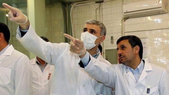 El presidente iraní, Mahmud Ahmadineyad, junto a un científico durante una visita al reactor nuclear de Teherán, Irán.