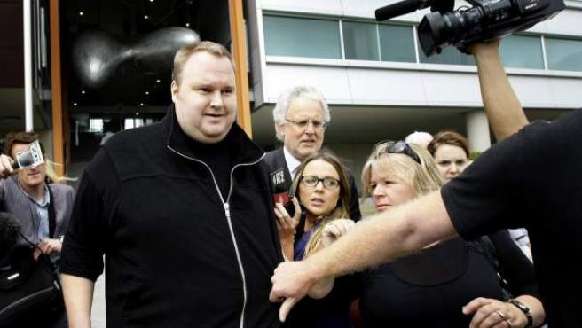 Kim Dotcom, rodeado por periodistas.