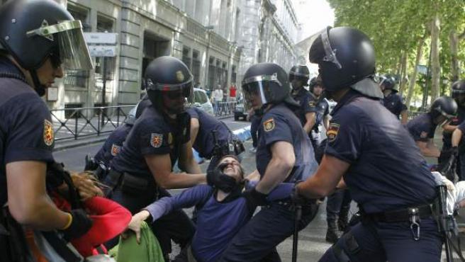 La Policía Nacional desaloja a varios 'indignados' de las inmediaciones del Congreso de los Diputados en mayo de 2011.
