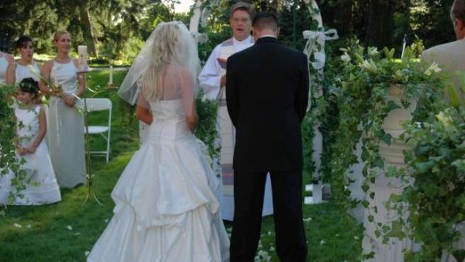 Una pareja celebra su boda.