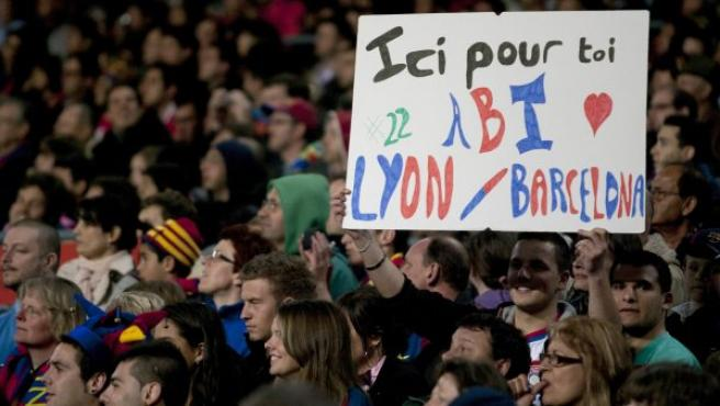 Aficionados del F. C. Barcelona, muestran una pancarta en apoyo al jugador francés del equipo blaugrana, Eric Abidal.