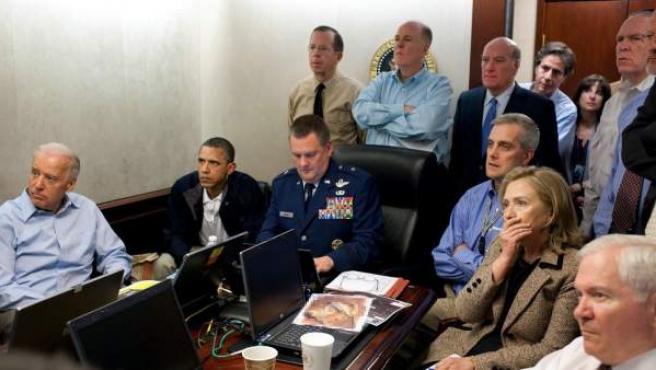 El presidente Barack Obama sigue atento y serio la evolución de la operación para acabar con Bin Laden. Junto a él se puede ver al vicepresidente Joe Biden (primero por la izquierda) y la secretaria de Estado Hillary Clinton (segunda por la derecha).