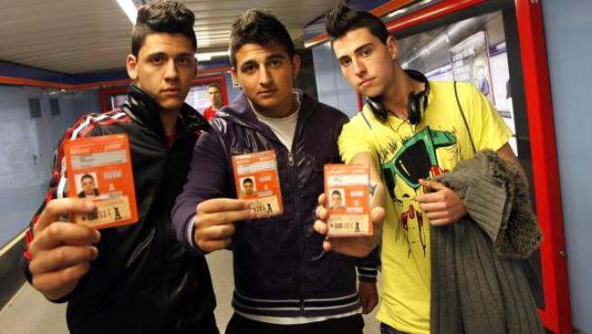 Fernando, Cristian y José Mª, estudiantes de 18 años y usuarios del transporte público.