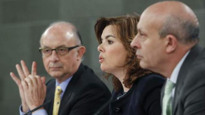 La vicepresidenta del Gobierno, Soraya Sáenz de Santamaría, junto a los ministros de Hacienda, Cristobal Montoro (i), y de Educación, Cultura y Deporte, José Ignacio Wert.