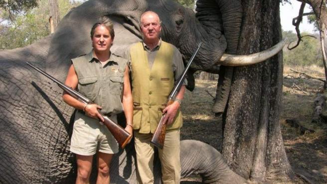 Imagen colgada en la web de Rann Safaris del año 2006 en la que se ve al rey con escopeta ante un elefante abatido.