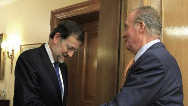 El rey saluda al presidente del Gobierno, Mariano Rajoy, en una imagen de archivo.