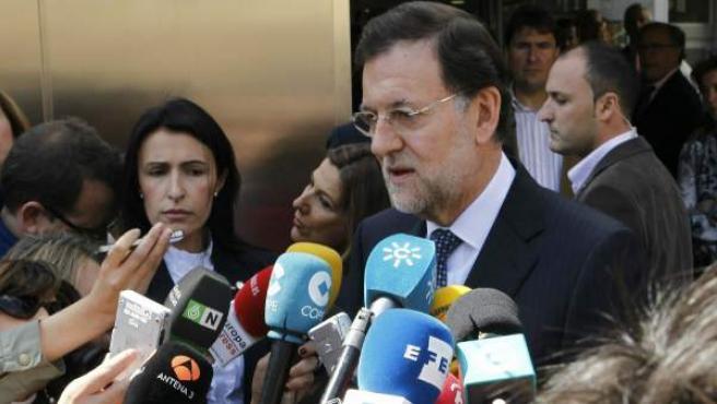 El presidente del Gobierno, Mariano Rajoy, habla con los periodistas tras visitar al rey Juan Carlos en el Hospital USP San José donde se encuentra ingresado.