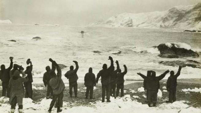 El explorador Ernest Shackleton llega a la Isla Elefante para rescatar a un equipo atrapado el 30 de agosto de 1916