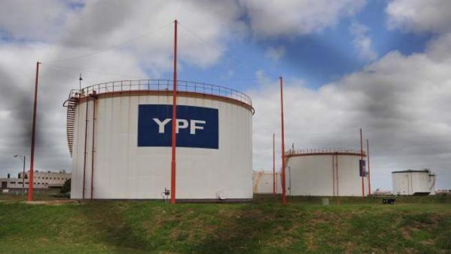 Fotografía de tanques de YPF Repsol tomadas en Mar del Plata (Argentina).