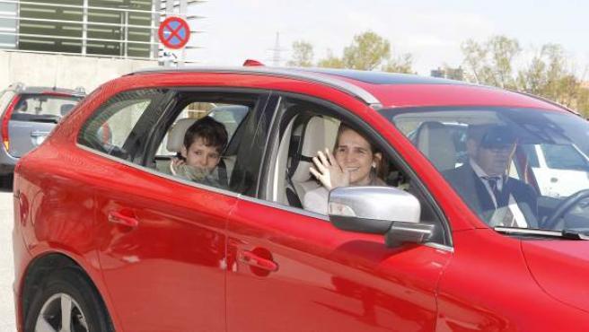 Froilán y su madre, la infanta Elena, saludan a la prensa tras abandonar el hospital Quirón de Madrid.