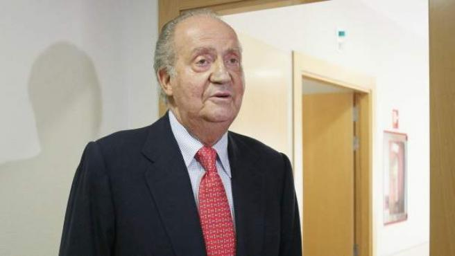 """El rey Juan Carlos, a su salida de la habitación tras recibir el alta hospitalaria después de recuperarse de la intervención quirúrgica a la que fue sometido por fracturarse la cadera a consecuencia de una caída en Botsuana, cuando se encontraba en una cacería de elefantes. El monarca declaró a los periodistas: """"Lo siento mucho. Me he equivocado. No volverá a ocurrir""""."""