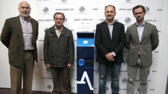 Miembros De UJA Y Andel Con El Prototipo De Recarga De Coches Eléctricos.