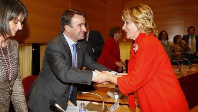 Esperanza Aguirre felicita a Jesús Moreno, que fue investido alcalde de Tres Cantos el 21 de marzo de 2012 tras la renuncia de José Folgado.