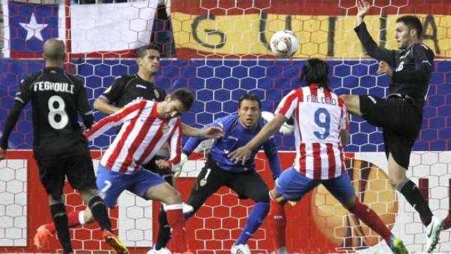 Falcao y Víctor Ruiz buscan un balón en el área durante el Atlético - Valencia.