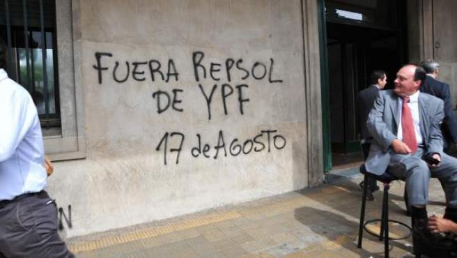 Un grafiti contra la española Repsol en un edificio de Buenos Aries (Argentina).