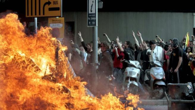 Decenas de manifestantes increpan a los mossos d'esquadra en Barcelona.