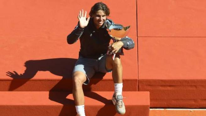 El tenista español Rafael Nadal saluda con el trofeo del Masters de Montecarlo tras ganar la final contra el jugador serbio Novak Djokovic.