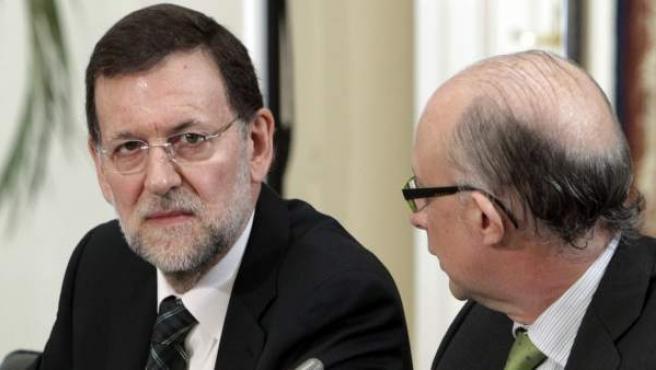 El presidente del Gobierno, Mariano Rajoy (i), y el ministro de Hacienda, Cristóbal Montoro.