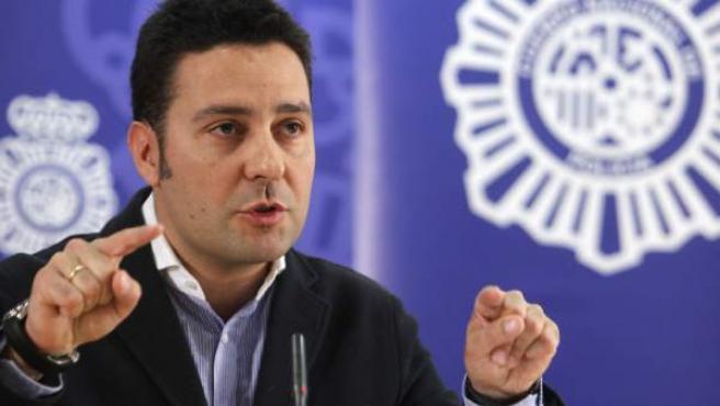 El director del departamento jurídico de Tuenti, Óscar Alvarado, en la rueda de prensa de la Policía