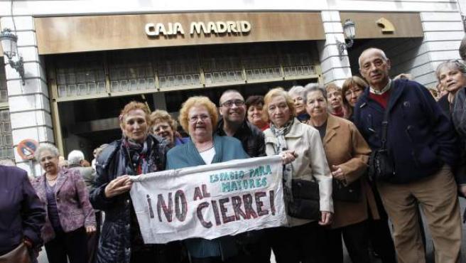Un grupo de mayores se manifestó este lunes ante la sede de Bankia.