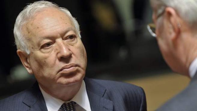 El ministro español de Asuntos Exteriores, José Manuel García-Margallo (i), en una reunión este lunes on sus homólogos europeos en Luxemburgo.
