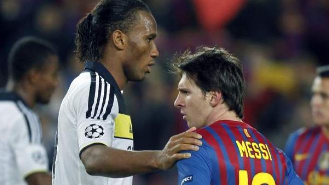 Didier Drogba consuela a Leo Messi tras la eliminación del Barça ante el Chelsea.