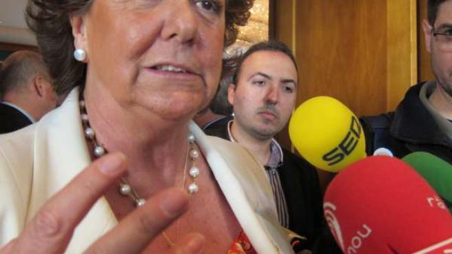 Rita Barberá Atiende A Los Periodistas Al Término Del Encuentro.