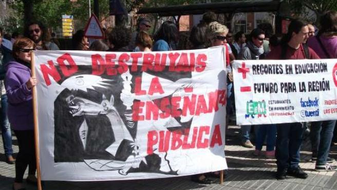Protestas De Los Interinos Ante La Puerta De La Asamblea Regional