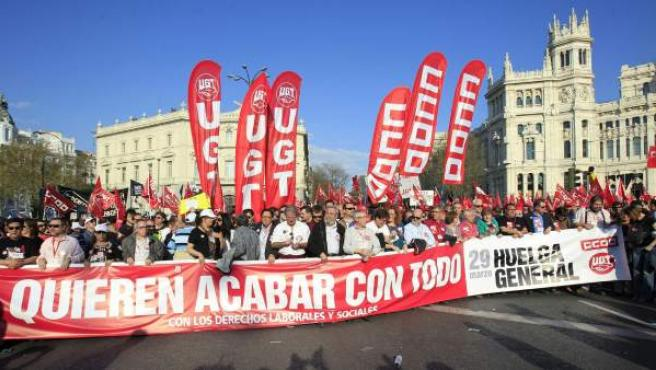 Miles de personas manifestándose en Madrid contra la reforma laboral.