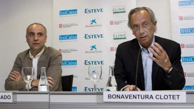 El doctor Martínez Picado (i) y el doctor Bonaventura Clotet (d) explican el hallazgo durante la rueda de prensa ofrecida en Barcelona.