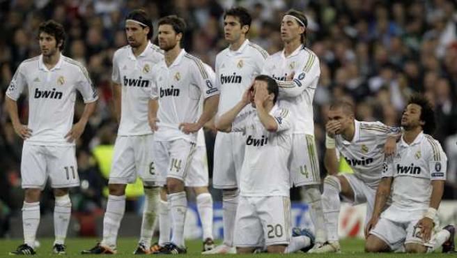 Los jugadores del Real Madrid se lamentan durante la tanda de penaltis ante el Bayern.