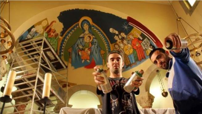 Rudi y Raúl, sprays en mano, ante el mural inspirado en el románico que concluyen este viernes.