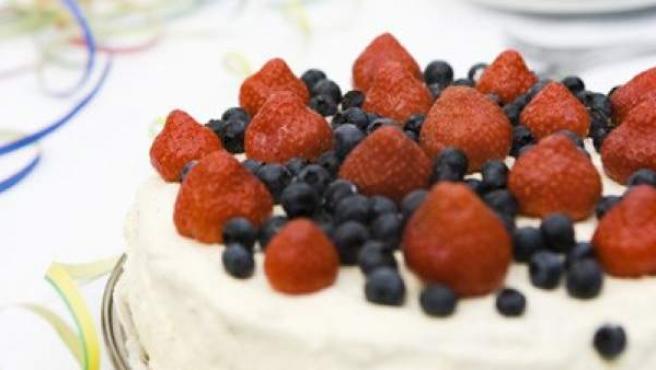 Tarta de fresas y arándanos.