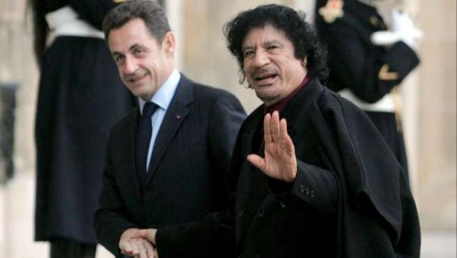 Fotografía de archivo fechada el 12 de diciembre de 2007 del líder libio Muhamar el Gadafi junto al presidente francés Nicolás Sarkozy en el Palacio del Elíseo de París, Francia.