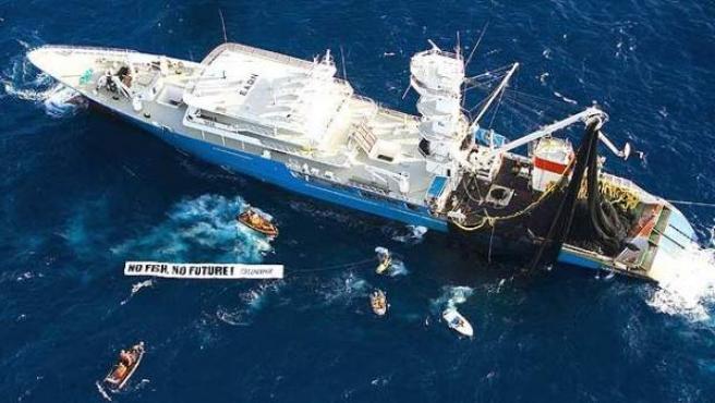 Una protesta de Greenpeace contra la pesca descontrolada en una imagen de archivo.