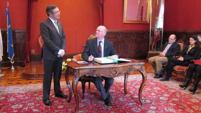El Presidente Del Parlamento Alemán Firma El Libro De Oro De La Santiago