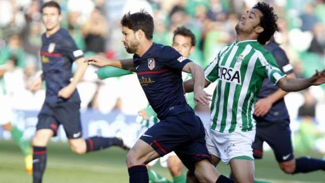 Diego Ribas e Iriney disputan el balón durante el Betis - Atlético de Madrid.