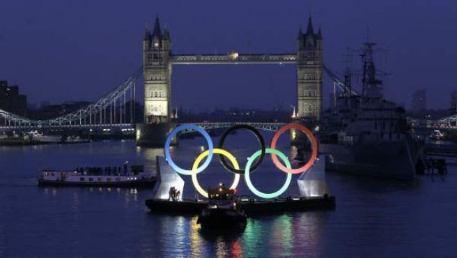 Con el histórico puente de la torre de Londres de fondo, unos gigantes anillos olímpicos navegan por el río Támesis en la capital inglesa, que acogerá los próximos Juegos Olímpicos dentro de 150 días.