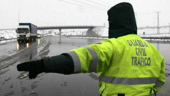 Un agente de la Guardia Civil realiza indicaciones a los conductores.