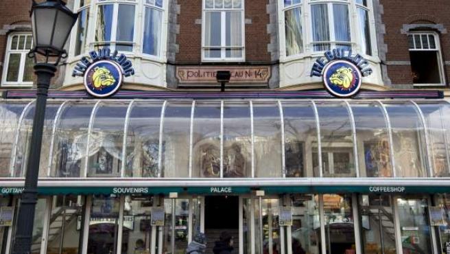 Fotografía de archivo del exterior del coffeshop The Bulldog, en Amsterdam, Holanda, el 21 de Noviembre de 2008.