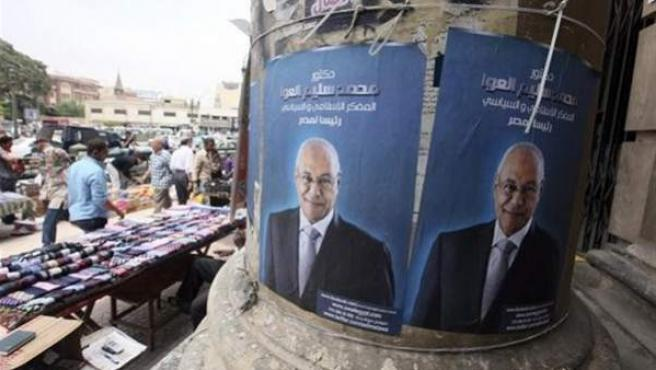 Carteles electorales del candidato Mohamed Salim al Awwa, pegados en una columna en El Cairo, Egipto.