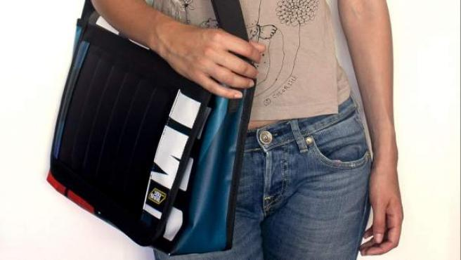 Un bolso que recarga móviles utilizando energía solar.