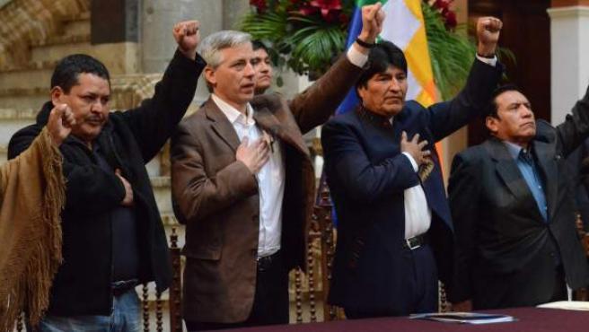 El presidente de Bolivia, Evo Morales (2d), durante el acto oficial sobre el Día del Trabajo en el Palacio de Gobierno de La Paz (Bolivia), donde ha anunciado la expropiación.