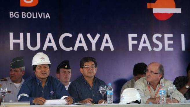 El presidente de Bolivia Evo Morales (i) y el presidente de Repsol, Antonio Brufau (d) asistena la nueva planta procesadora de gas de Campo Margarita.
