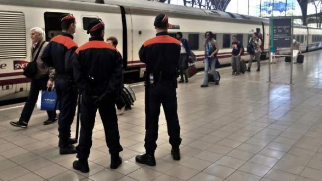 Los Mossos controlan la llegada de un tren de Italia en la estación de Francia de Barcelona.