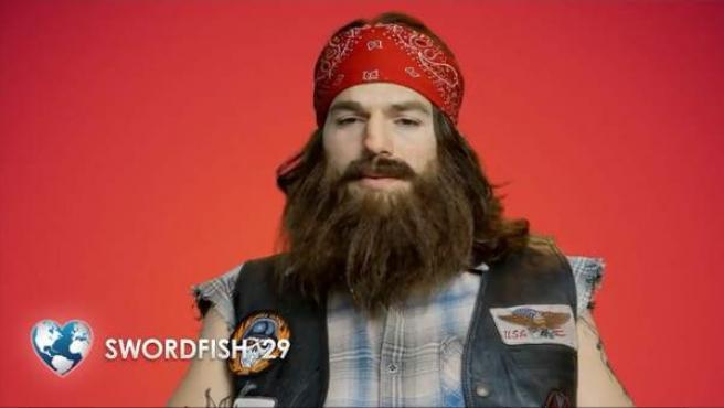 Ashton Kutcher, disfrazado para un anuncio de una web de citas.