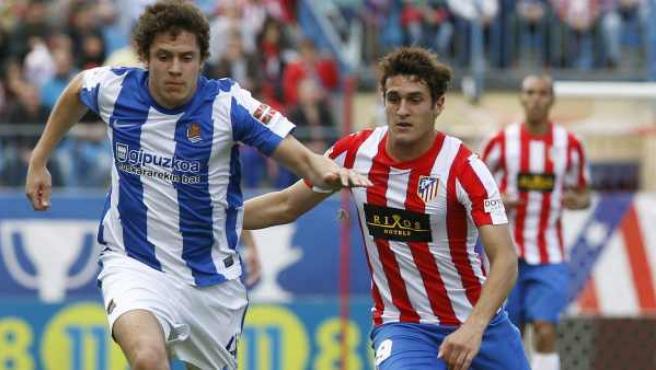 Koke y Elustuondo pugnan por un balón en el Atlético - Real Sociedad.